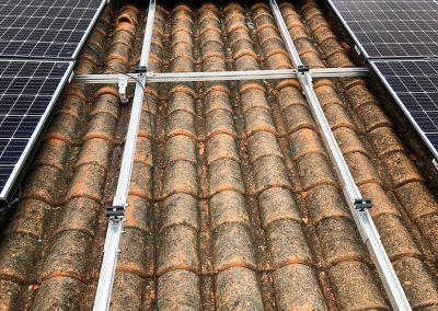 Photo des travaux d'installation des panneaux photovoltaïques et plus précisément du système d'accroche