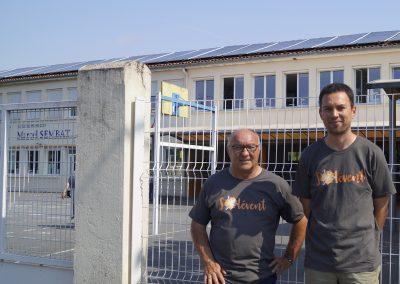 Des membres de Solévent posent pour un article de presse devant la toiture de l'école Sembat, pour les projets de Bègles