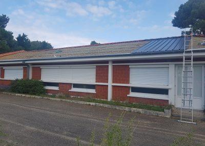vue de la toiture au Sud de l'école du Betey, montrant les travaux et la pose du bac acier