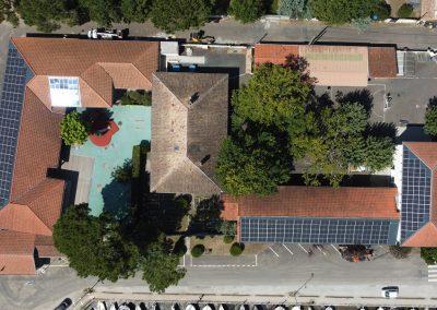 Vue d'un drone de l'installation photovoltaïque de l'école du Betey à Andernos