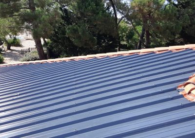 Vue du rendu du bac acier d'une toiture de l'école du Betey avant pose des panneaux